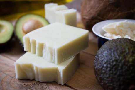 37. Use ingredientes super hidratantes em como fazer sabonete artesanal, como o abacate – Por: Pinterest
