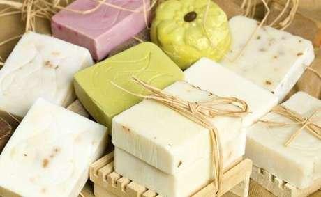40. Como fazer sabonete artesanal para hidratar a pele – Por: Pinterest
