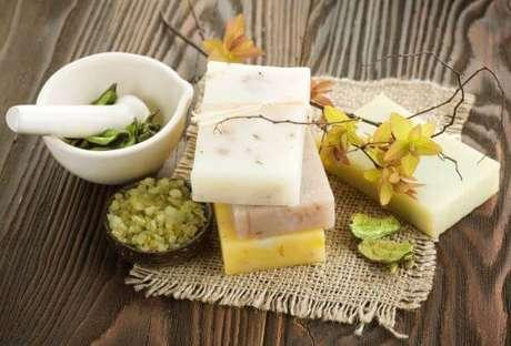 41. Como fazer sabonete artesanal com ingredientes naturais – Por: Pinterest