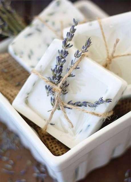 12. Aprenda como fazer sabonete artesanal com lavanda – Por: Pinterest