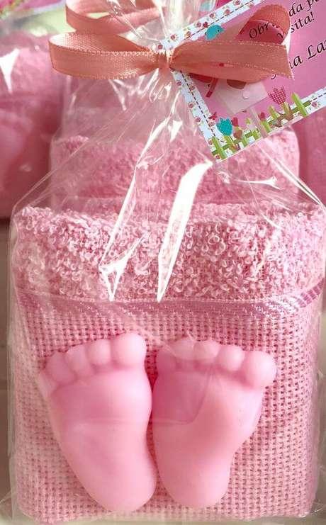 18. Como fazer sabonete artesanal em formato de pés para chá de bebê com toalhinha – Por: Pinterest