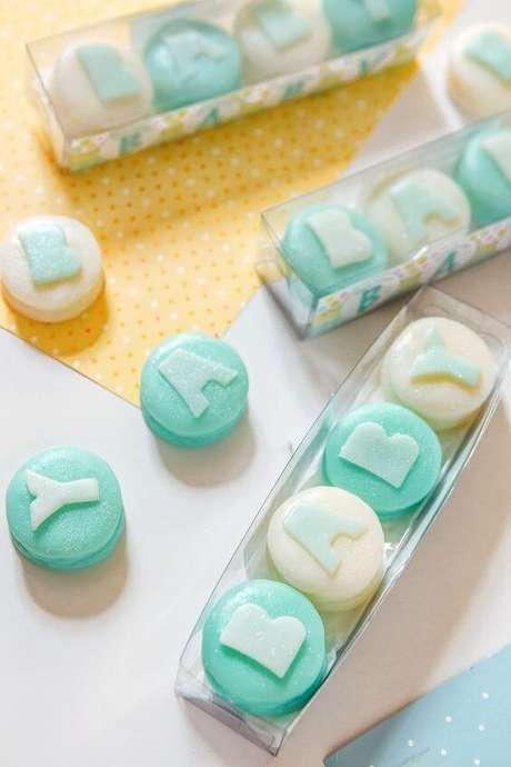 16. Veja como fazer sabonete artesanal para chá de bebê e entregue uma linda lembrança – Por: Pinterest