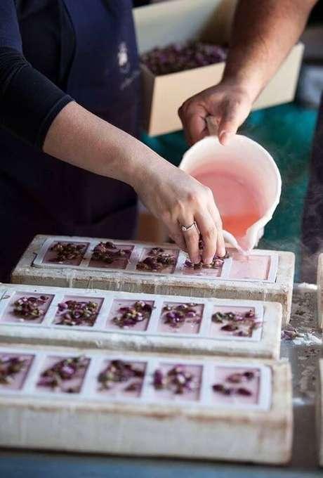 2. Use formas de silicone para aprender como fazer sabonete artesanal e siga o passo a passo – Por: Pinterest