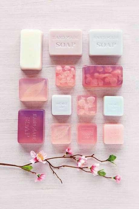 23. Veja como fazer sabonete artesanal em tons de rosa – Por: Pinterest