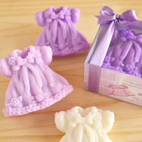 24. Como fazer sabonete artesanal para chá de bebê com forminhas de vestido – Por: Pinterest