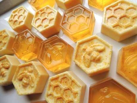 26. Como fazer sabonetes artesanais com mel são super hidratante – Por: Pinterest