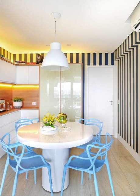 35. Este é um ótimo exemplo de cozinha moderna que ganha muito com o papel de parede listrado. Projeto de Ana Yoshida