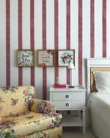 9. Poltrona pequena para quarto de casal com tecido floral e papel de parede listrado – Foto: Babi Teixeira