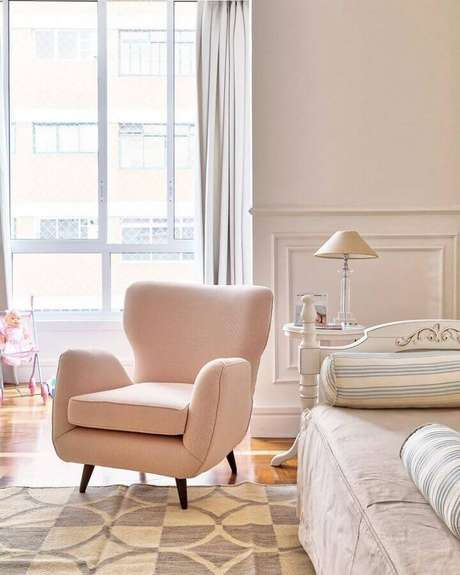 10. Delicada decoração com poltrona para quarto feminino rosa e branco – Foto: Barbara Jalles