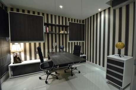 37. O papel de parede listrado é muito utilizado em home office. Projeto de Paulinho Peres
