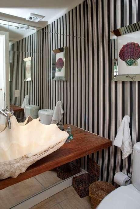 40. Os banheiros, inclusive, costumam trabalhar com o papel de parede listrado escuro. Projeto de Urbano Studio