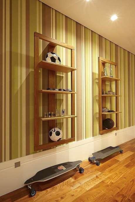 43. O verde é uma cor também muito comum em papel de parede listrado. Projeto de Patrícia Covolo