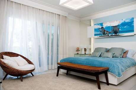 13. Poltrona de vime para quarto de casal decorado azul e branco – Foto: Juliana Pippi
