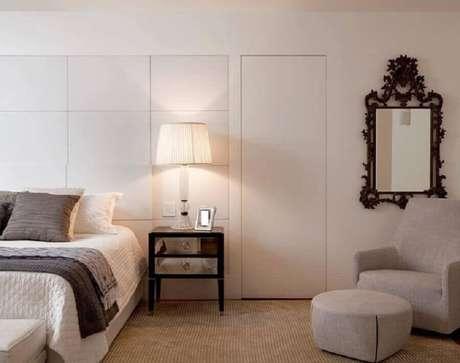 15. Poltrona com puff para quarto todo branco com criado mudo espelhado – Foto: Paula Magnani