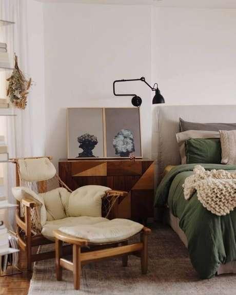 16. Poltrona com puff para quarto com decoração simples – Foto: Garimporio