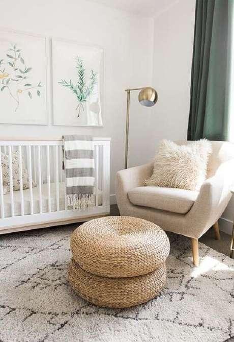 19. Decoração clean com poltrona para quarto de bebê com puff redondo – Foto: Ideias Decor