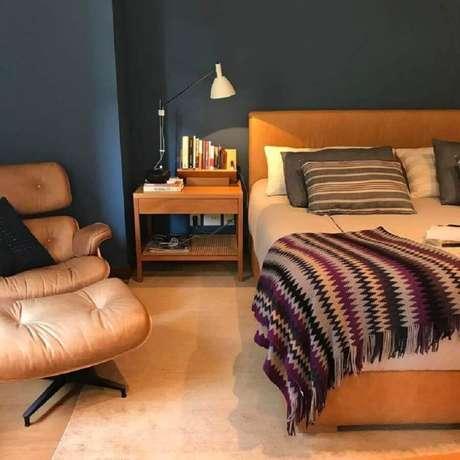 22. Poltrona com puff para quarto de casal azul e bege – Foto: Adriana Valle e Patricia Carvalho