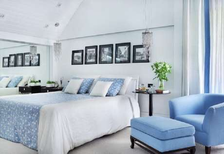 23. Poltrona com puff para quarto de casal azul e branco – Foto: Giselle Macedo & Patricia Covolo