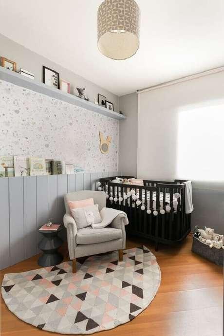 30. Poltrona para quarto de bebê cinza e rosa com berço preto – Foto: Casa de Valentina