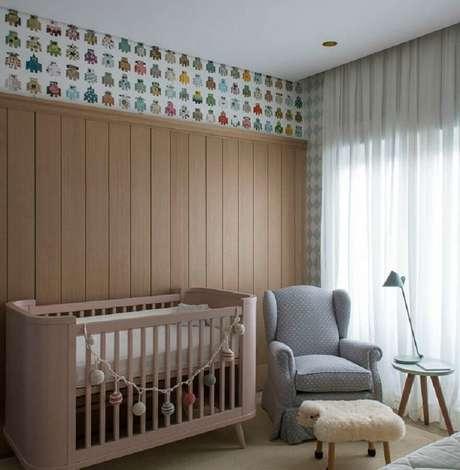 31. Poltrona para quarto de bebê decorado em cores neutras com mesinha lateral – Foto: Triplex Arquitetura