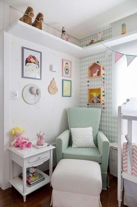 33. Poltrona para quarto de bebê com papel de parede verde água e puff branco – Foto: Karen Pisacane