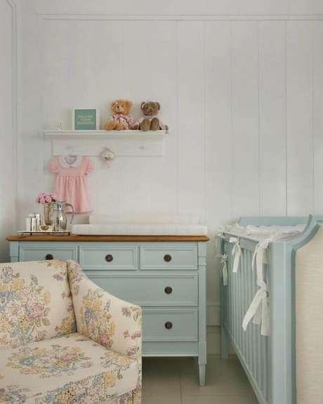 35. Poltrona para quarto de bebê com tecido floral e cômoda retrô – Foto: Babi Teixeira