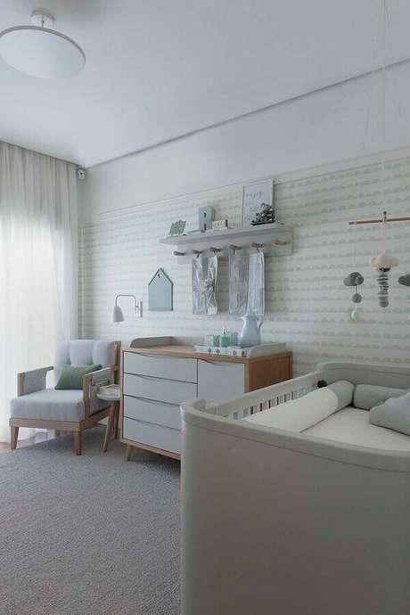 36. Decoração clean com poltrona para quarto de bebê com papel de parede e cômoda de madeira – Foto: Triplex Arquitetura