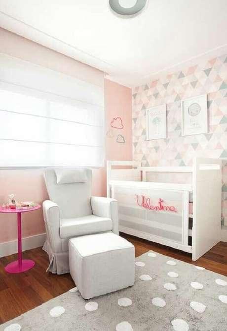 38. Poltrona para quarto de bebê feminino decorado em branco e rosa com tapete de bolinhas cinza e branco – Foto: Circu