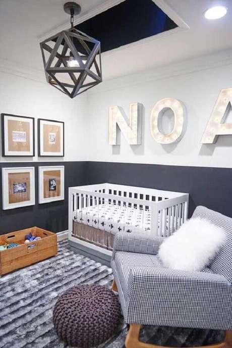 39. Decoração moderna com confortável poltrona para quarto de bebê cinza – Foto: Pinterest