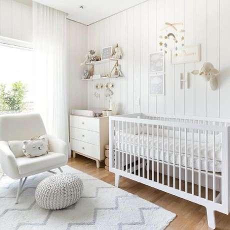 40. Poltrona para quarto de bebê todo branco com puff redondo de crochê – Foto: Dicas Decor