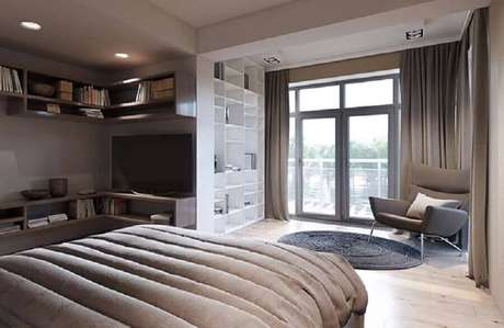43. Poltrona para quarto de casal amplo decorado com tapete redondo – Foto: Wood Save