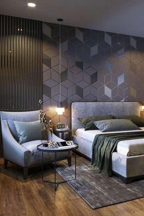 44. Poltrona para quarto de casal cinza moderno – Foto: Maurício Gebara Arquitetura