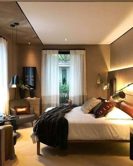 48. Poltrona pequena para quarto de casal decorado em tons neutros com luminária moderna – Foto: Prado Zogbi Tobar Arquitetura