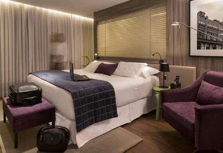 41. Poltrona para quarto de casal decorado em tons neutros – Foto: AR Arquitetura & Design
