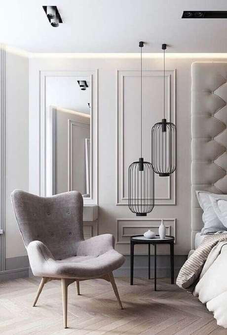 51. Poltrona pequena para quarto de casal moderno com pendente minimalista e boiserie – Foto: Pinterest