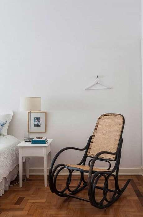 53. Modelo simples de poltrona para quarto de casal com design antigo – Foto: Pinterest