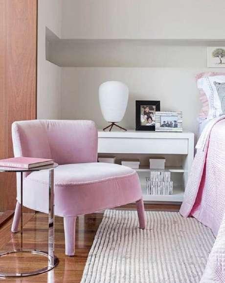 54. Decoração delicada com poltrona para quarto feminino rosa – Foto: Pinosy