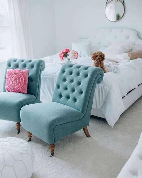 55. Decoração toda branca com poltrona para quarto feminino com tecido azul turquesa – Foto: Belle The Magazine