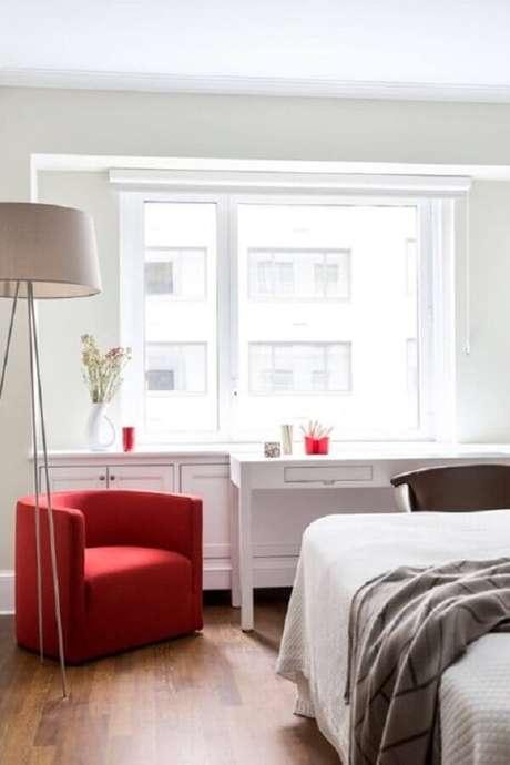 3. O tom vermelho da poltrona para quarto de casal ganhou bastante destaque na decoração clean – Foto: Patricia Martinez