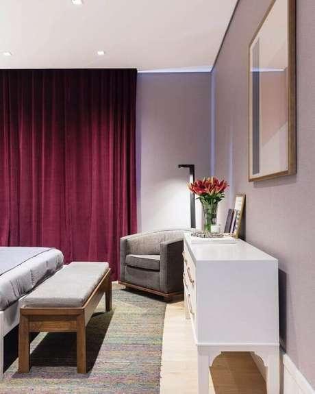 59. Poltrona pequena para quarto de casal com cortina na cor marsala – Foto: Barbara Jalles