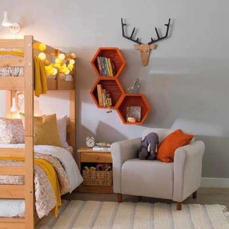62. Poltrona pequena para quarto infantil com cama beliche e nichos de madeira – Foto: Pinterest