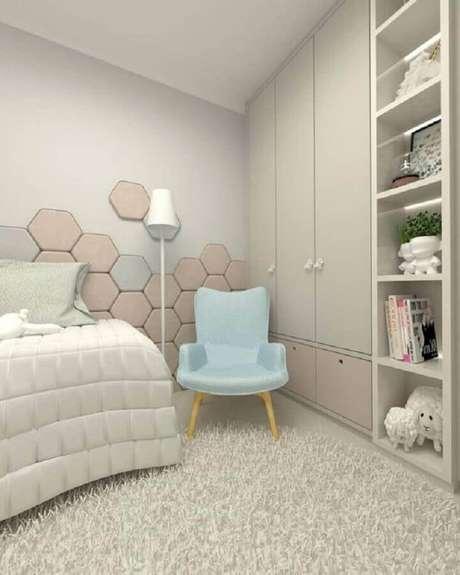 63. Poltrona pequena para quarto moderno de solteira – Foto: Dicas Decor