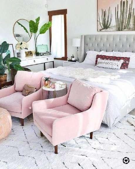 64. Poltrona rosa para quarto de casal decorado com cabeceira estofada cinza – Foto: Article