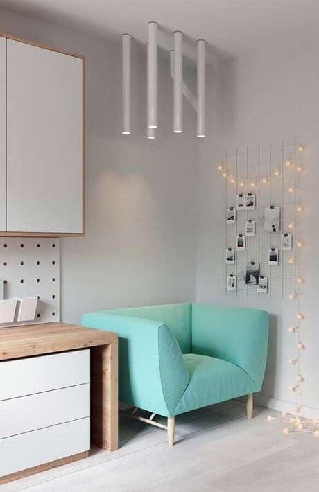 65. Poltrona pequena para quarto com tecido verde água – Foto: Pinterest