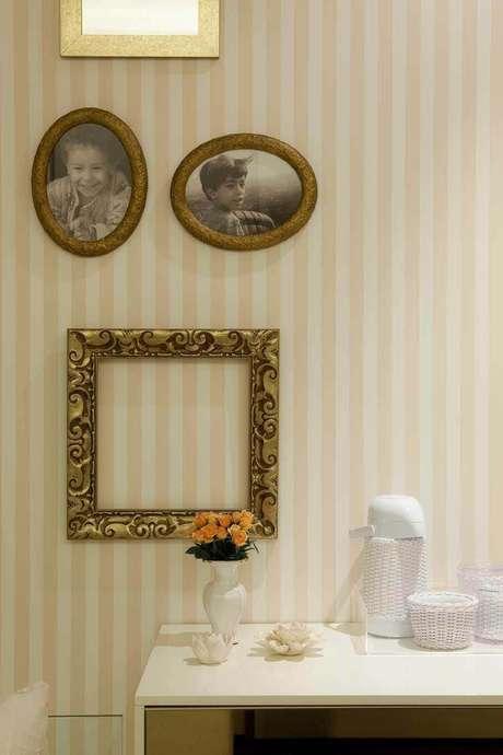 9. Mesmo sendo chamativo, o papel de parede listrado pode ser associado à quadros e molduras. Projeto de Luís Fábio Rezende