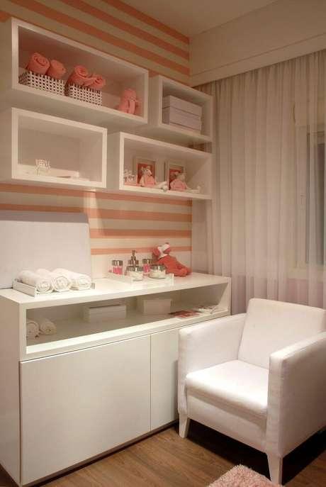 3. O papel de parede listrado rosa também é muito popular. Projeto de Marel – Grupo Factory