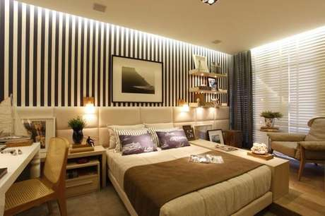 17. O papel de parede listrado pode ser um respiro moderno em uma decoração clássica. Projeto de Rodriga Fonseca