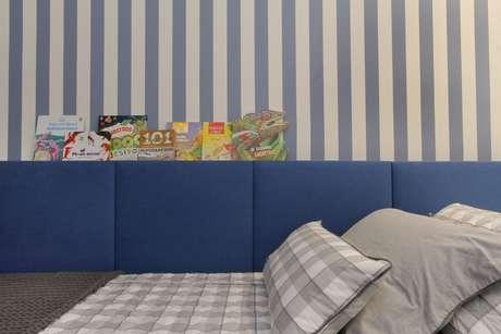 2. Um modelo muito popular de papel de parede listrado é o de cor azul. Projeto de Bordin & Soares