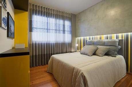 23. O papel de parede listrado deste exemplo combina com a mobília. Projeto de Eduarda Corrêa