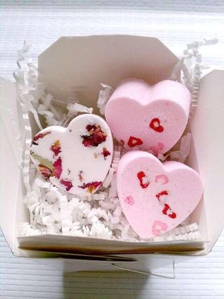 29. Use o formato de coração para como fazer sabonete artesanal para lembrancinhas – Por: Diva da Vida Real